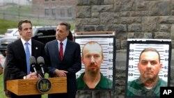 El gobernador Andrew Cuomo (izquierda) y el gobernador de Vermont, Peter Shumlin, durante una conferencia de prensa sobre los prófugos.