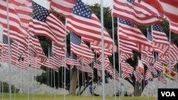 沛普丹大学纪念9-11的旗海(美国之音国符拍摄)
