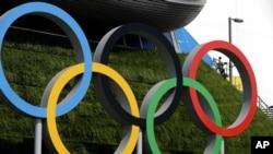 一名工人星期四在倫敦奧林匹克公園為2012年倫敦奧運會的開幕式做最後的準備