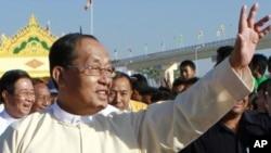 缅甸副总统向民众挥手致意