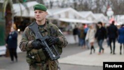 یکی از سربازان فرانسوی در حال گشتزنی در خیابان شانزه لیزه در پاریس - ۲ دی ۱۳۹۳