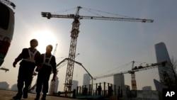 建筑工人从北京市中心商业区的一个建筑工地走出 (2015年1月20日)