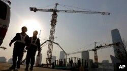在北京的中央商業區,有工人走出建築工地(2015年1月20日)