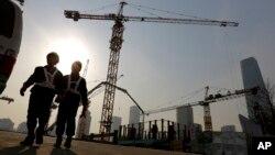 工人走出北京中央商业区的一处建筑工地。(2015年1月20日)
