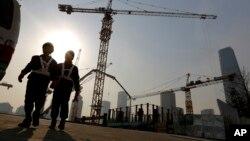 2015年1月20日北京: 商务区施工现场的工人