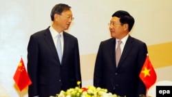 Ủy viên Quốc vụ viện Trung Quốc Dương Khiết Trì và Bộ trưởng Ngoại giao Việt Nam Phạm Bình Minh tại Hà Nội, ngày 27/6/2016.