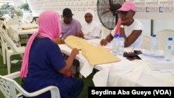 Une femme en consultation à Dakar, Sénégal, le 6 octobre 2018. (VOA/ Seydina Aba Gueye)