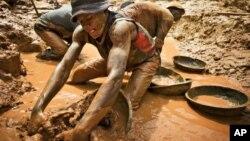 Des orpailleurs de la mine de Chudia dans la zone de Kilomoto, en RDC, le 9 septembre 2011.