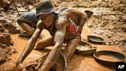 Des orpailleurs de la mine de Chudia dans la zone de Kilomoto