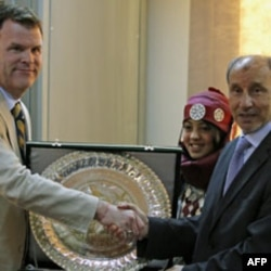 Kanada Tashqi ishlar vaziri Jon Beyrd Liviya muvaqqat kengashi rahbari Mustafo Abdul Jalil bilan, Bing'ozi, 27 iyun, 2011