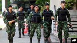 지난 2014년 태국에서 발생한 쿠데타 직후 계엄령 하에서 수도 방콕 시내를 순찰하고 있는 태국군 병사들. (자료사진)