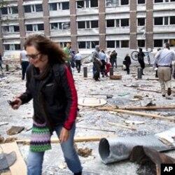 Des gens marchant sur les débris projetés par l'explosion