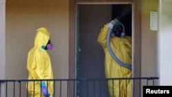 Petugas kesehatan berpakaian pelindung membersihkan apartemen tempat tinggal seorang pria yang didiagnosa terkena Ebola di Dallas, Texas (6/10).