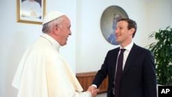 Đức Giáo Hoàng Francis gặp ông chủ Facebook Mark Zuckerberg ở Vatican, ngày 29 tháng 8 năm 2016.