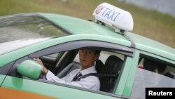 북한에서 최근 휘발유 가격이 급등한 것으로 알려졌다. 평양 중심가에서 택시가 승객을 태우고 떠나고 있다. (자료사진)