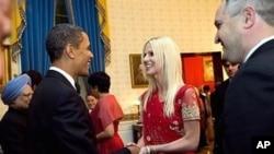 萨拉希夫妇在国宴中问候奥巴马