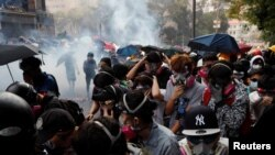Studentët duke u përpjekur t'i largohen policisë