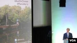 Menteri Luar Negeri Amerika Serikat John Kerry dalam pidatonya di @america, Jakarta, mengenai ancaman perubahan iklim (16/2). (VOA/Andylala Waluyo)