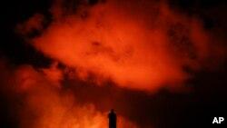 Peter Vance, 24 t, chụp dung nham phun trào tại khu dân cư Leilani Estates gần Pahoa, Hawaii hôm thứ Sáu,18/5/2018. (AP Photo/Jae C. Hong) Peter Vance