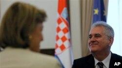 Predsednik Srbije Tomislav Nikolić u razgovoru sa hrvatskom ministarkom spoljnih poslova Vesnom Pusić.