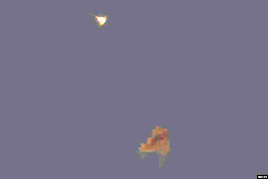 رهگیری راکت های پرتاب شده از سوی شبه نظامیان حماس توسط سامانه دفاع موشکی اسرائیل - موسوم به گنبد آهنین - در جنوب اسرائیل - اشکلون، اول شهریور ۱۳۹۳