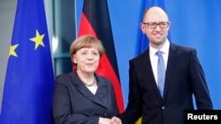 Thủ tướng Đức Angela Merkel, trái, và Thủ tướng Ukraine Arseniy Yatsenyuk xuất hiện sau cuộc đối thoại ở Berlin, 1/4/2015.