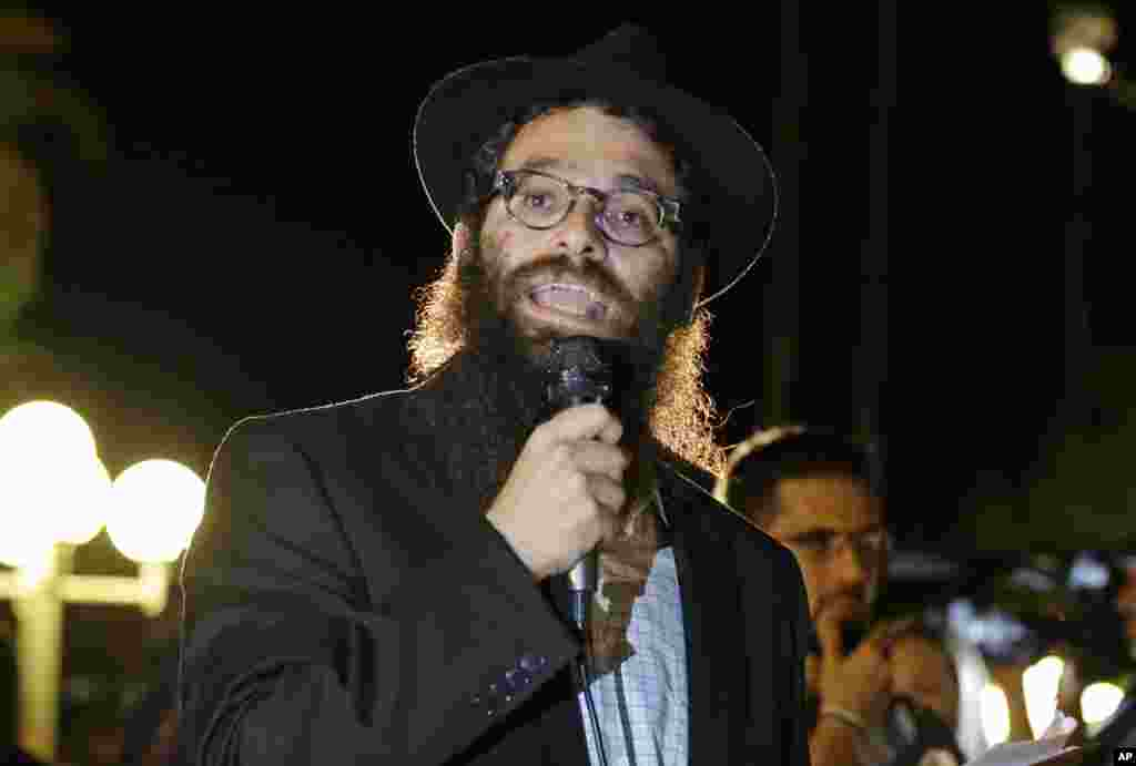 Rabbi Chaim Lipskier makes remarks to students and supporters taking part in a candle light vigilto honor Steven Sotloff, at the University of Central Florida, in Orlando, Florida, Sept. 3, 2014.