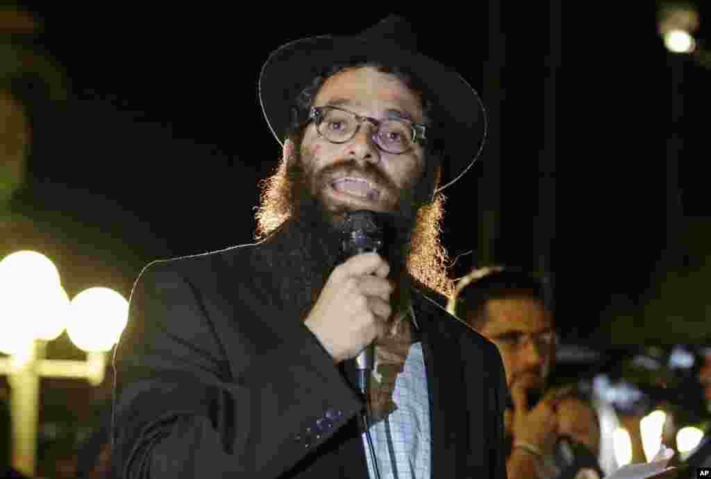 Thầy Rabbi Chaim Lipskier phát biểu tại buổi lễ thắp nến cầu nguyện cho nhà báo Steven Sotloff, tại Ðại học Central Florida ở Orlando.