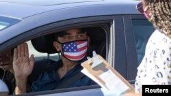 Một người tuyên thệ nhập tịch Mỹ trong mùa COVID ở Santa Ana, bang California, Hoa Kỳ.