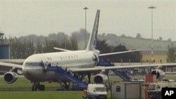Cảnh sát phong tỏa các con đường ra vào sân bay St. Angelo gần thành phố Enniskillen, nơi chiếc máy bay đang đậu
