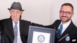Trong bức hình do Kỷ lục Thế giới Guinness cung cấp, ông Israel Kristal (trái) được trao bằng chứng nhậnngười già nhất thế giới, ở Haifa, Israel, ngày 11 tháng 3, 2016.