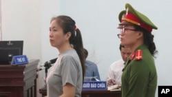 Blogger Nguyễn Ngọc Như Quỳnh (mẹ Nấm), trong một phiên xét xử tại toà án tỉnh Khánh Hoà.