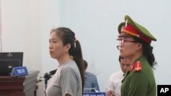 Phiên tòa xét xử blogger Mẹ Nấm ở tỉnh Khánh Hòa, thứ Năm 29/6/2017. (Vietnam News Agency via AP)