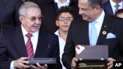 Los presidentes de Cuba, Raúl Castro, y Costa Rica, Luis Guillermo Solís, se reúnen este lunes en La Habana, Cuba.