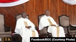 Mgr André Bokundoa-bo-Likabe (D), mokambi ya ECC (Eglise du Christ au Congo) elongo na Mgr Mpeye Boye na losambo na Cathédrale ya centenaire na Kinshasa, 28 avril 2017. (Facebook/ECC)