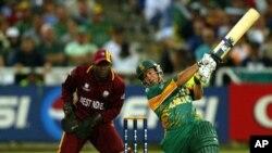 جنوبی افریقہ کے بلے باز مارک بوچر 2003ء کے ورلڈ کپ کے ویسٹ انڈیز کے خلاف ہونے والے افتتاحی میچ میں بلے بازی کر رہے ہیں۔ (فائل فوٹو)