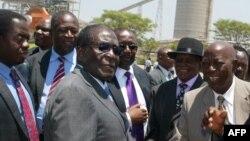 Le président Robert Mugabe du Zimbabwe, au centre, salue les chefs locaux à la mine Zimplats, en dehors de Harare, 13 octobre 2011. AFP PHOTO / Jekesai Njikizana / AFP PHOTO / Jekesai NJIKIZANA