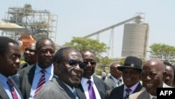 Umongameli Robert Mugabe elezisebenzi zemigodi duze le Harare.