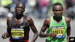 Moses Mosop, kushoto , na Geoffrey Mutai walikuwa bega kwa bega huku ikiwa imebakia maili moja katika Boston Marathon, Aprili, 18 2011