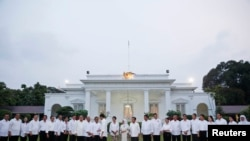 Presiden Indonesia Joko Widodo bersalaman dengan anggota kabinetnya yang baru setelah diumumkan di Istana Negara di Jakarta, 26 Oktober 2014.