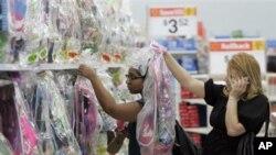 Khách xem hàng hóa dành cho lễ Phục Sinh tại một cửa hàng Wal-Mart ở Los Angeles