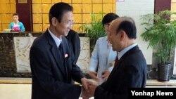 6·15공동선언실천 남측위원회 이창복(오른쪽) 상임대표 의장이 지난해 5월 중국 선양에서 김완수 북측위원회 위원장을 만나고 있는 모습. (자료사진)