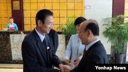 지난달 5일 중국에서 남북 6.15기념행사 준비위원회 대표단이 만나 인사를 나누고 있다. 왼쪽은 북측 대표인 김완수 6·15공동선언실천 북측위원회 위원장, 오른쪽은 남측 대표인 이창복 상임대표의장.