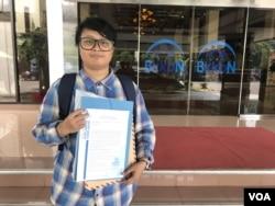 Riska Carolina mewakili Aliansi Masyarakat Sipil Peduli Hak Kesehatan Seksual resmi mengajukan surat protes, Jumat (31/5/2019) siang, atas 20-an konten akun Instagram BKKBN. (Foto: VOA/Rio Tuasikal)