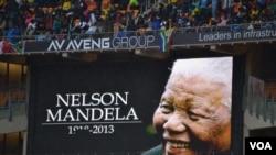 Десятки тисяч південноафриканців зібрались, щоб попрощатися із Нельсоном Манделою, грудень 2013