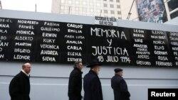 """Un cartel que exige """"Memoria y Justicia"""" con los nombres de las víctimas del atentado del 18 de julio de 1994 en Buenos Aires, Argentina, contar la Mutual Judía, es exhibido en el 25 aniversario del ataque."""
