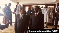 A gauche, Paul Atanga Nji, ministre du Cameroun de l'administration territoriale et à droite Général de Brigade nigérian EA Ngagi, le 10 juillet 2019. (VOA/Emmanuel Jules Ntap)