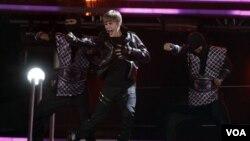 Idola remaja, Justin Bieber, tampil dalam Grammy Awards ke-53 di Los Angeles, Minggu (2/13).