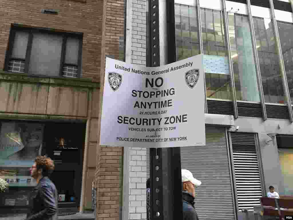 روی این کاغد که در بسیاری از خیابان های منهتن به چشم می خورد نوشته شده است که مجمع عمومی سازمان ملل متحد، منطقه امنیتی، توقف در هر زمان از ۲۴ ساعت ممنوع. خودروهای متخلف به دستور اداره پلیس شهر نیویورک با جرثقیل برده می شوند.