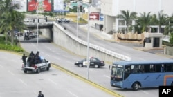 Police and a bus block a motorway at a crime scene in Boca del Rio, on the outskirts of Veracruz, September 20, 2011.